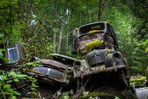 Кладбище старых автомобилей в Швеции