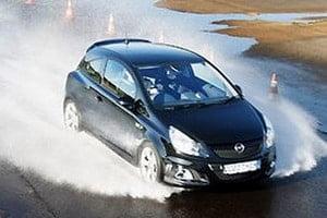 Эффект аквапланирования автомобиля на дороге