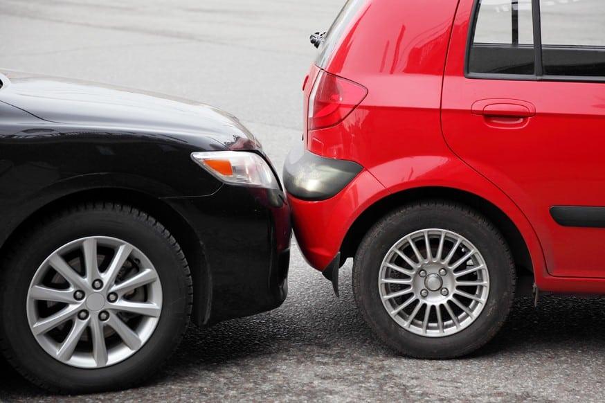 Повреждение машины на стоянке фото