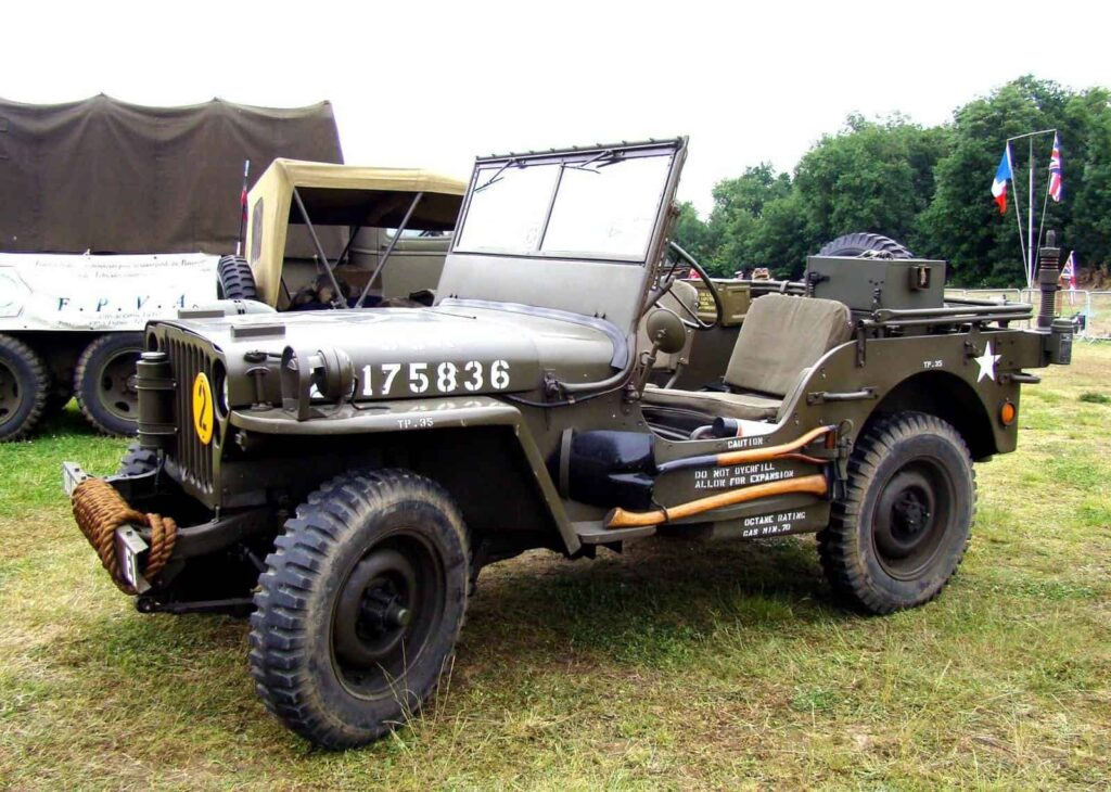 армейский внедорожник Willys MB на поле фото