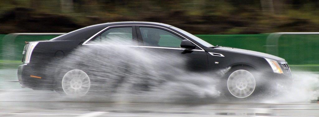 Эффект аквапланирования автомобиля на дороге фото