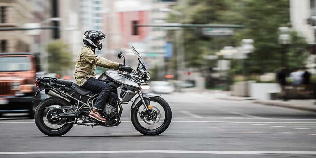 мотоциклист на дороге