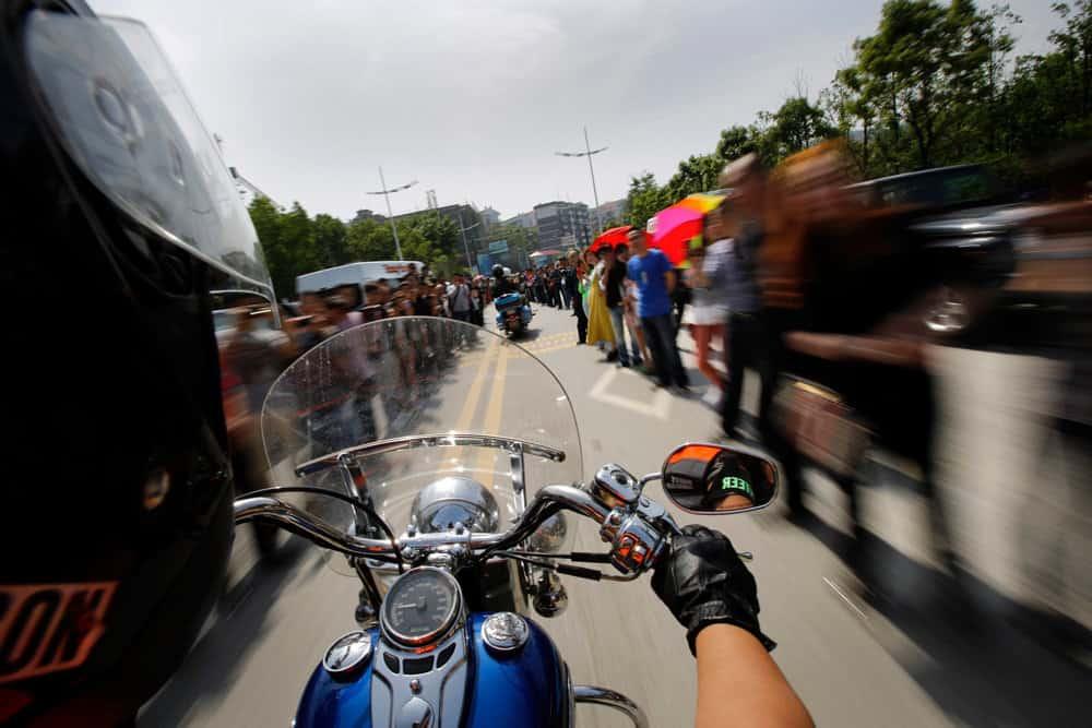 мотоциклисты на дороге между машин