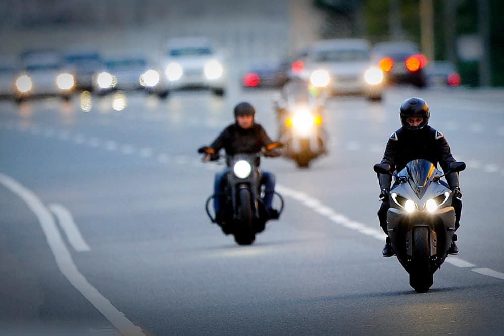 мотоциклисты на дороге