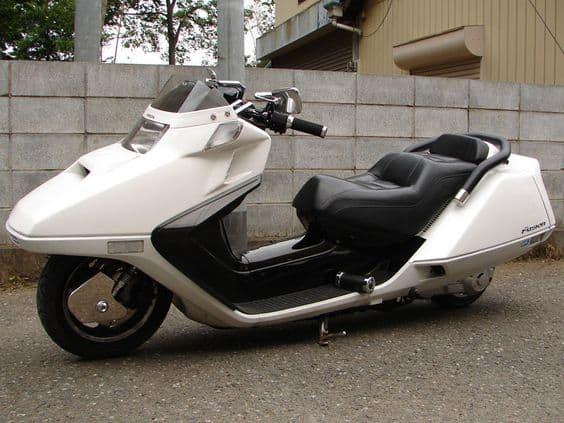 скутер белый современный