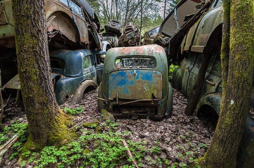 Кладбище старых авто в Швеции фото