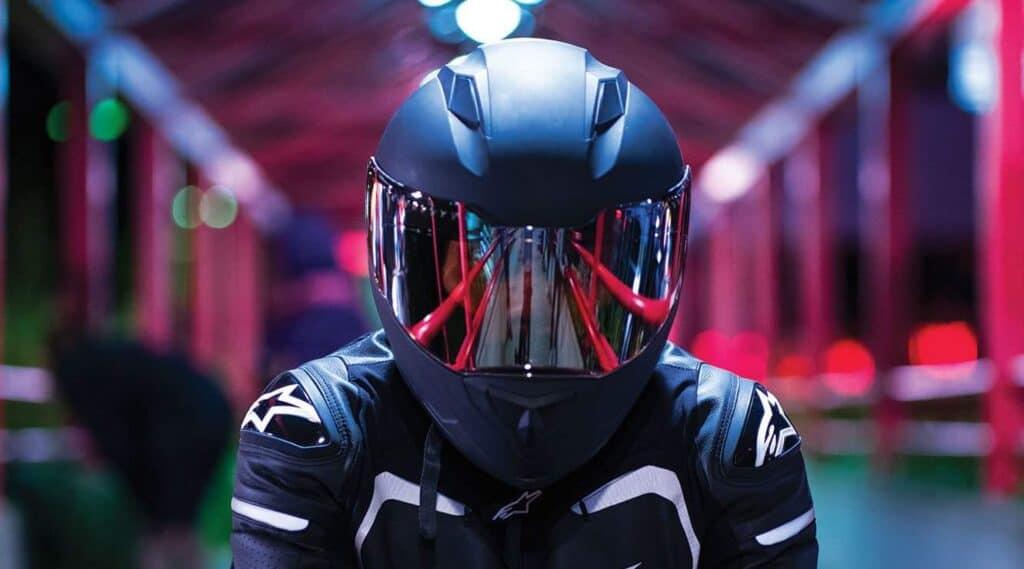мотоциклист в шлеме фото