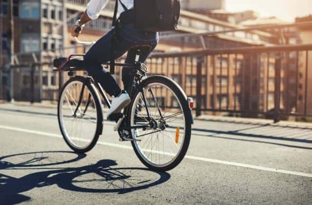 велосипед на дороге фото
